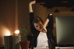 Nie daj się przyspawać do blatu – zestaw praktycznych ćwiczeń dla pracowników biurowych