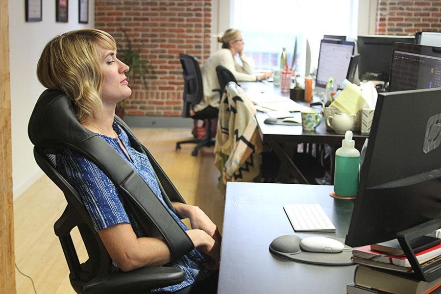 Masażery do karku i pleców – ukojenie dla mięśni podczas pracy przy komputerze
