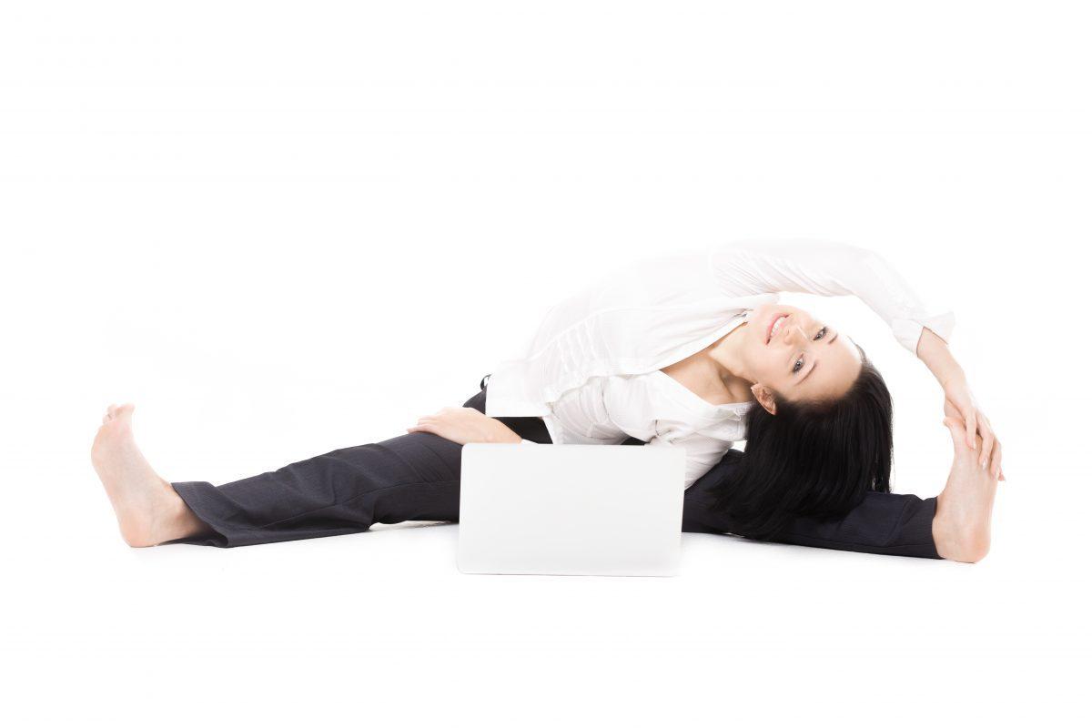 Wzmocnij mięśnie nóg w pracy – ćwiczenia biurowe na nogi
