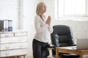 Joga przy biurku – te asany możesz wykonać w pracy!