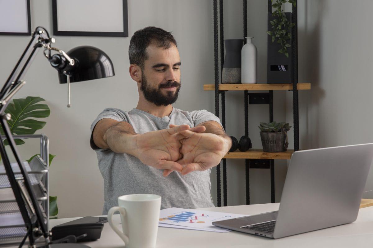 Ćwiczenia rozciągające – fundamentalny element zdrowej pracy na home office