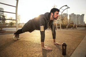 Siłownia plenerowa – zestaw ćwiczeń, które odciążą Twoje plecy
